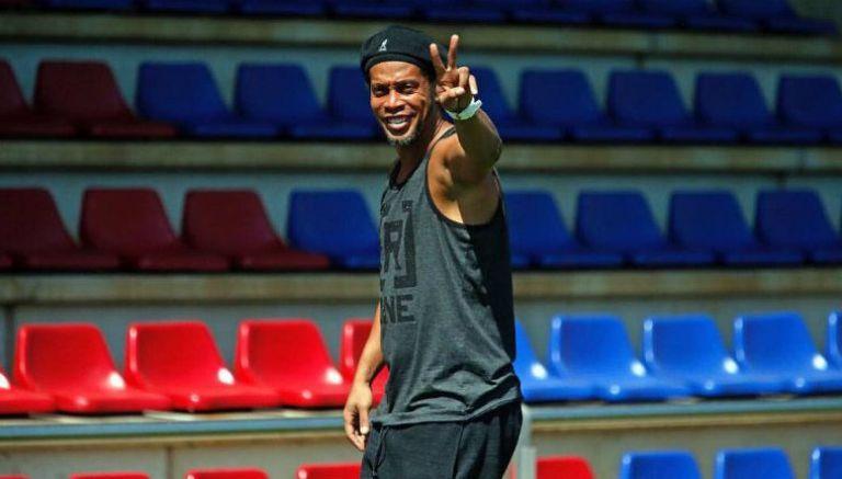 Ronaldinho, abraza, aficionado, Costa Rica, seguridad, retirado, estadio nacional, gesto, Dinho, brasileño