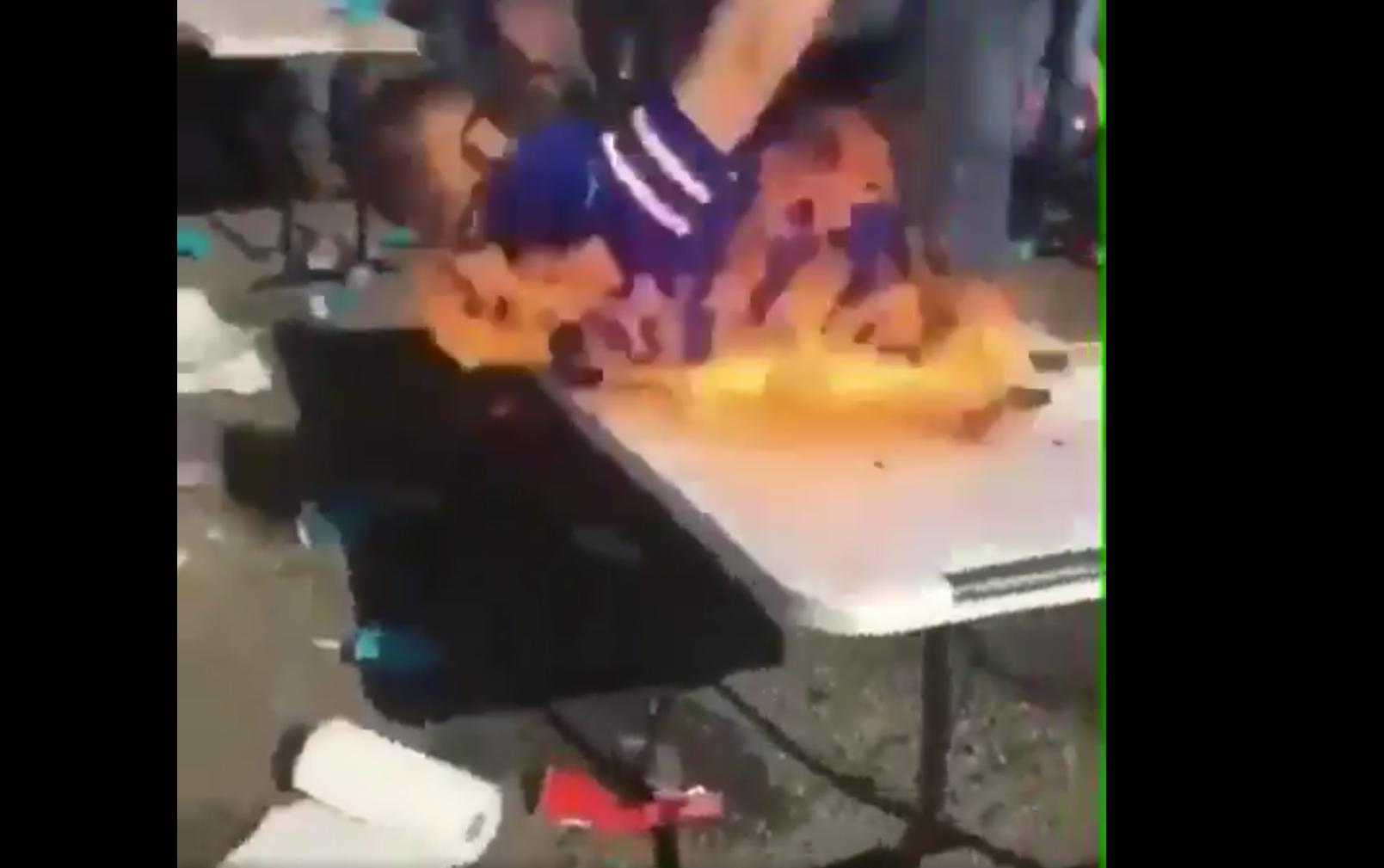 Aficionado, Bills Buffalo, se avienta, mesa con fuego, incendian jersey, festejar, borrachos