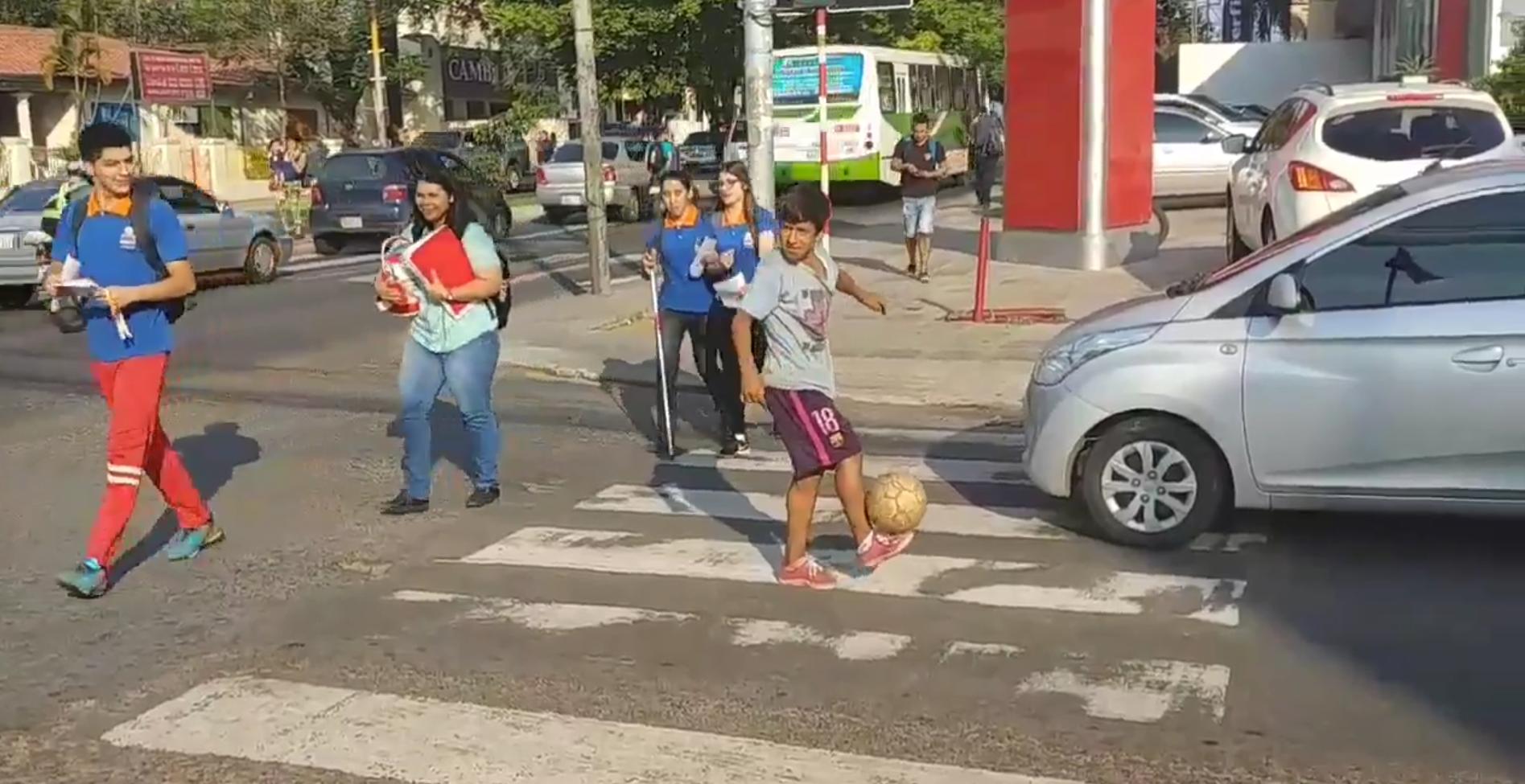 Niño, hacia trucos, en la calle, consiguió equipo, paraguay, representante, consigue, beca, equipo de futbol
