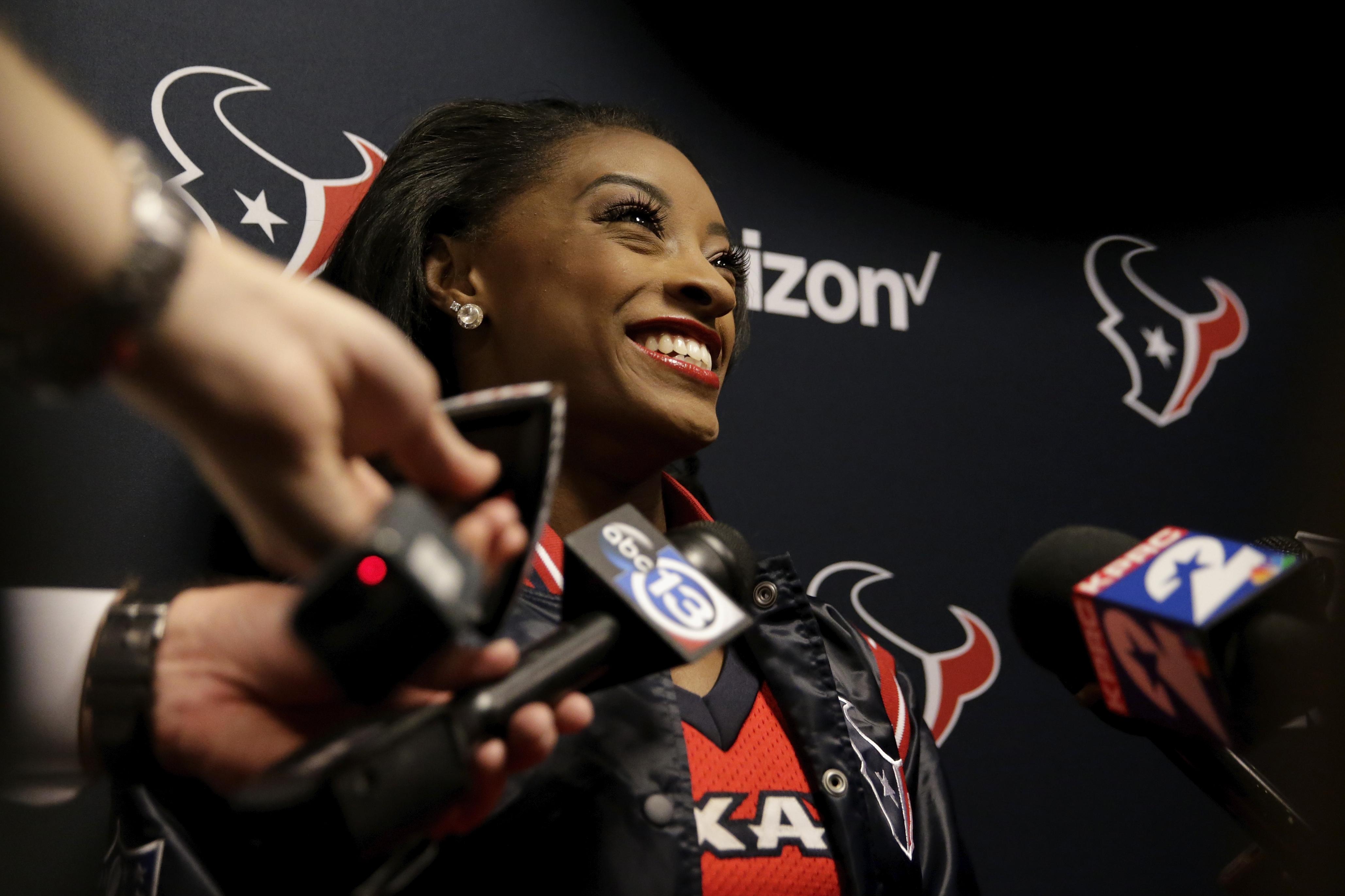 Simone Biles porrista Houston Texans NFL