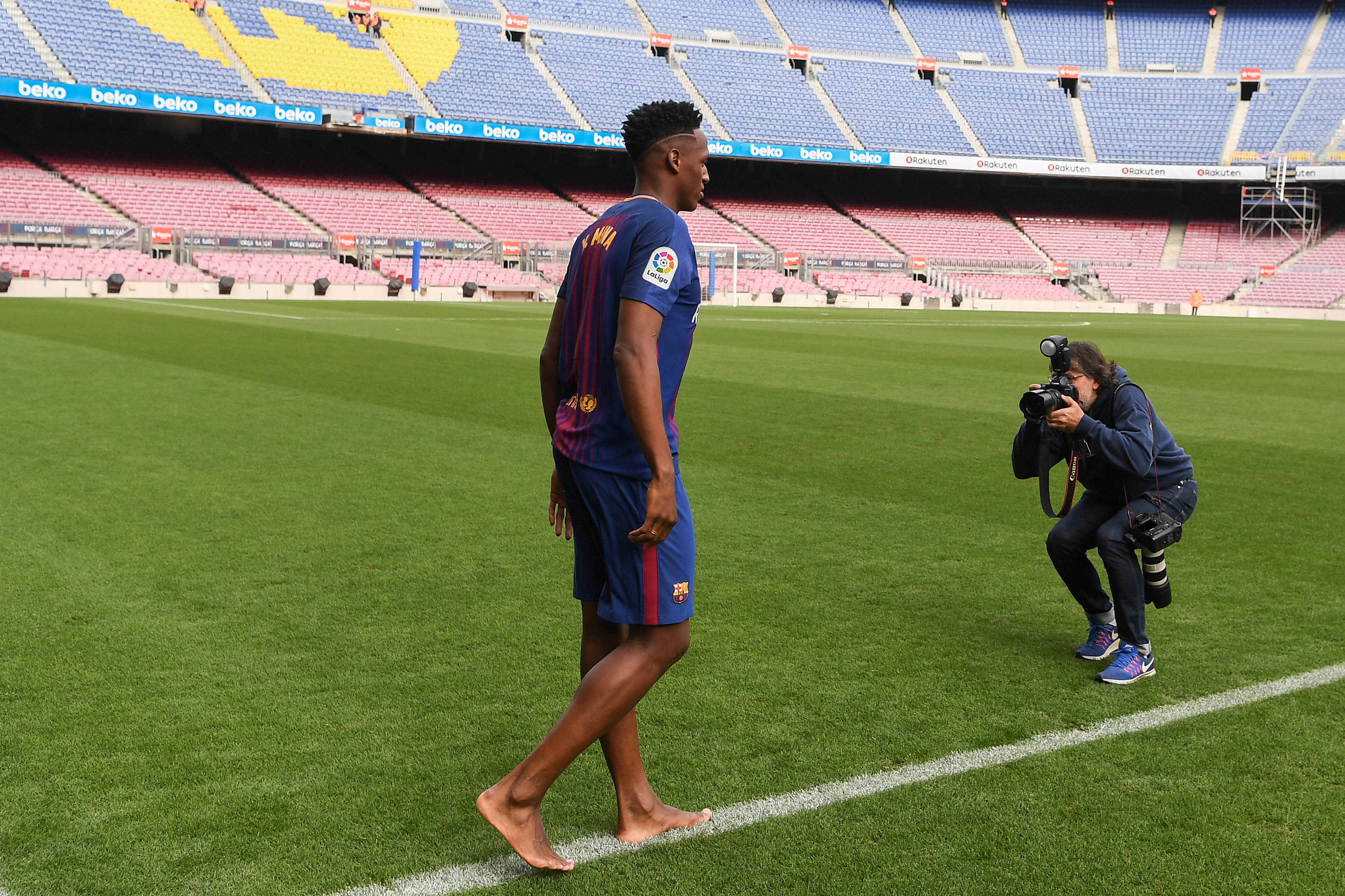 Yerry Mina descalzo presentación Barcelona Camp Nou