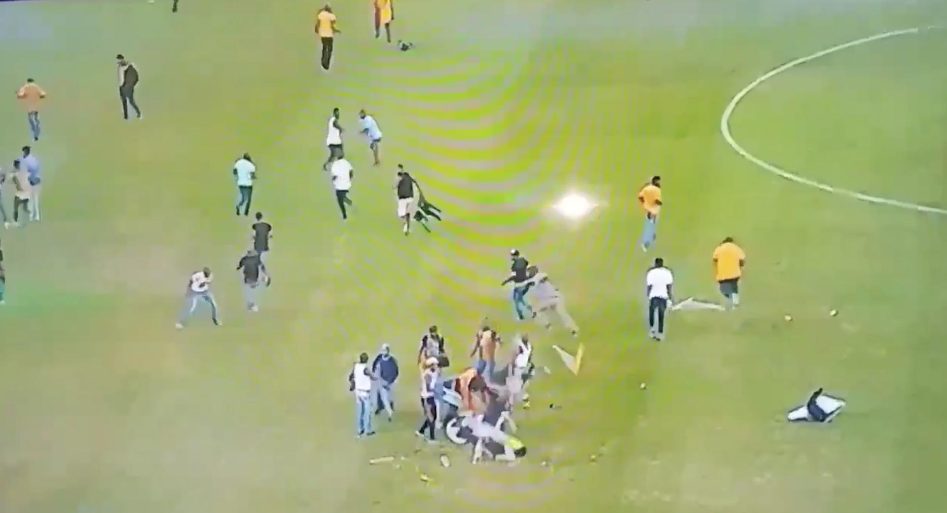 FA Cup, Desata Violencia, Invaden Cancha, Destruyen, Sudáfrica, Partido, Semifinal, Aficionados, golpean, Policia, Mujer