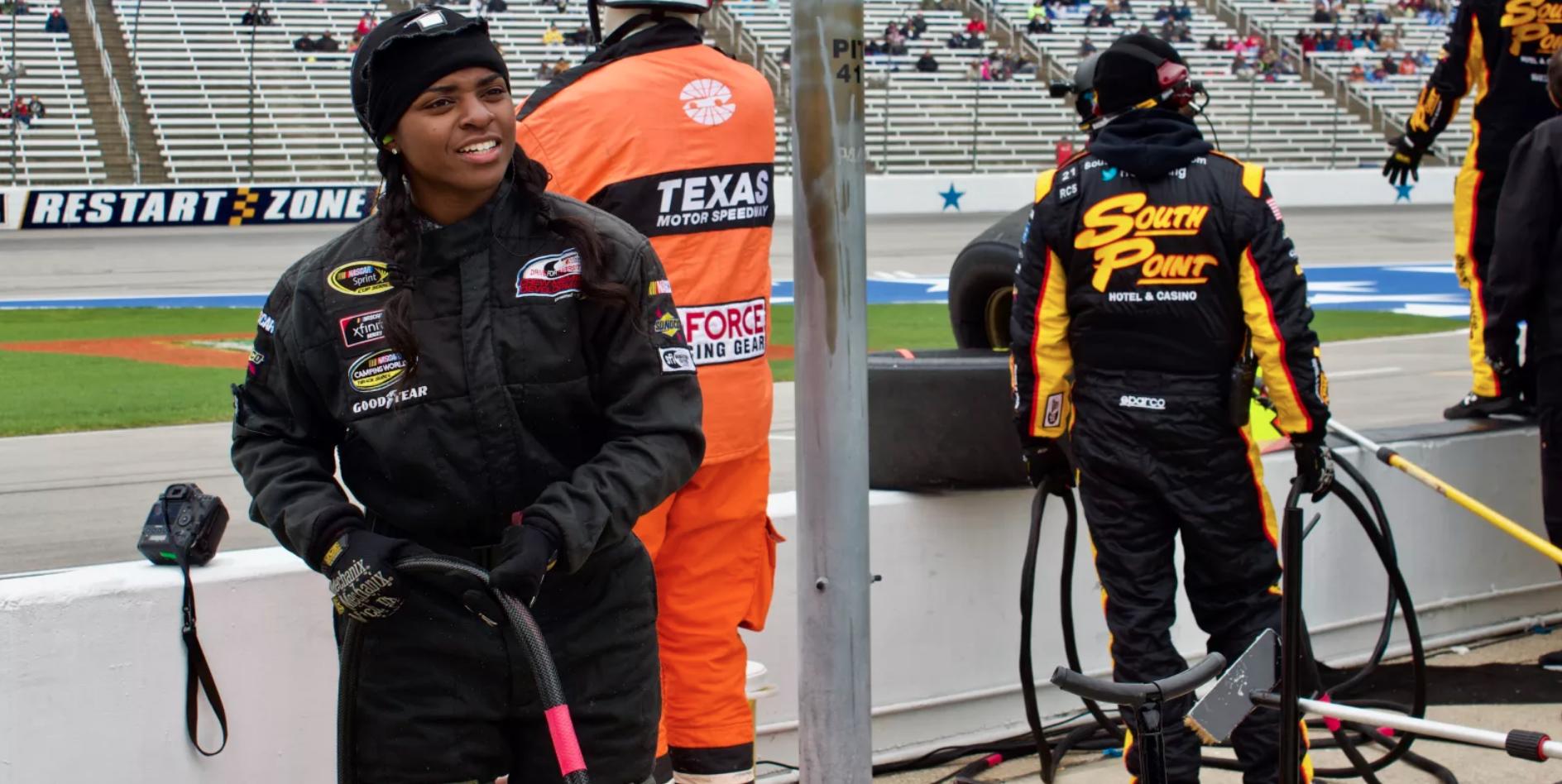 Brehanna Daniels: la primera mujer afroamericana miembro de un equipo en los pits de la NASCAR. Noticias en tiempo real