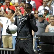 Thibaut Courtois Presentación Besa Escudo Real Madrid