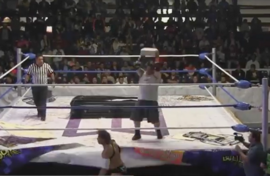 Tabique impacta cabeza de luchador y queda inconsciente